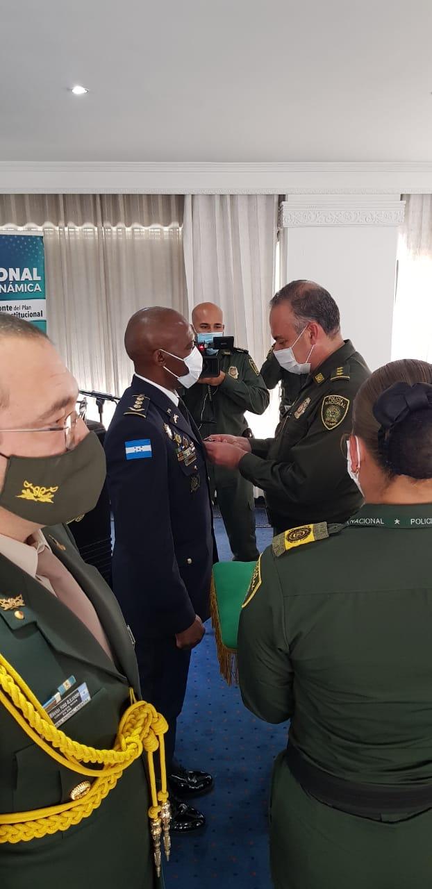 Agregado de la Policía Nacional de Honduras en Colombia recibe condecoración por su alto grado de cooperación y respaldo