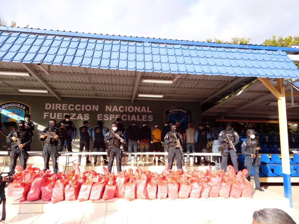Un total 65 fardos de supuesta cocaína ha contabilizado la Policía Nacional en Puerto Castilla