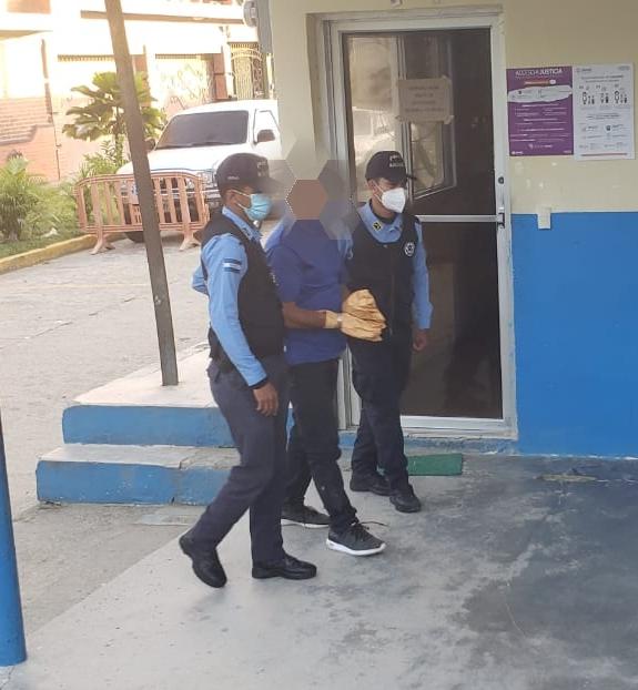 Policía arresta hombre que le dio muerte a su propio hijo y a un vecino en las afueras de un centro de votación.