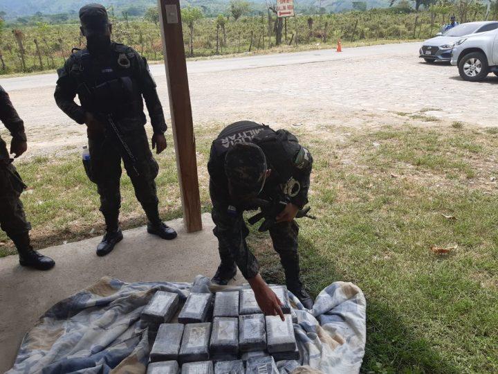 FUERZAS ARMADAS Decomisa vehículo transportando droga en compartimiento Falso.