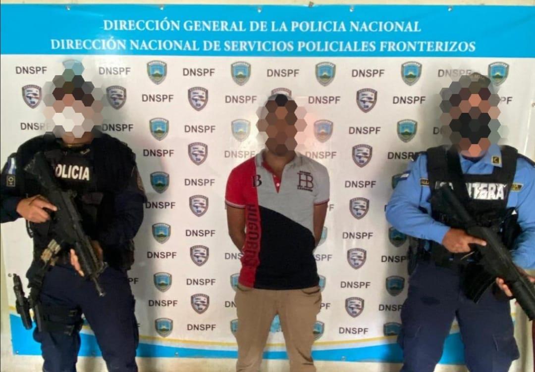Agentes policiales detienen a  sospechoso de tráfico ilegal de personas.